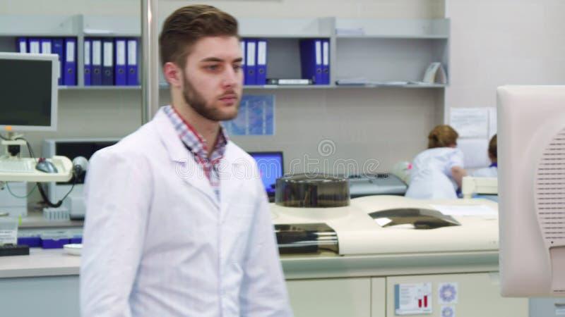Το άτομο έρχεται στο όργανο ελέγχου στο εργαστήριο στοκ εικόνες