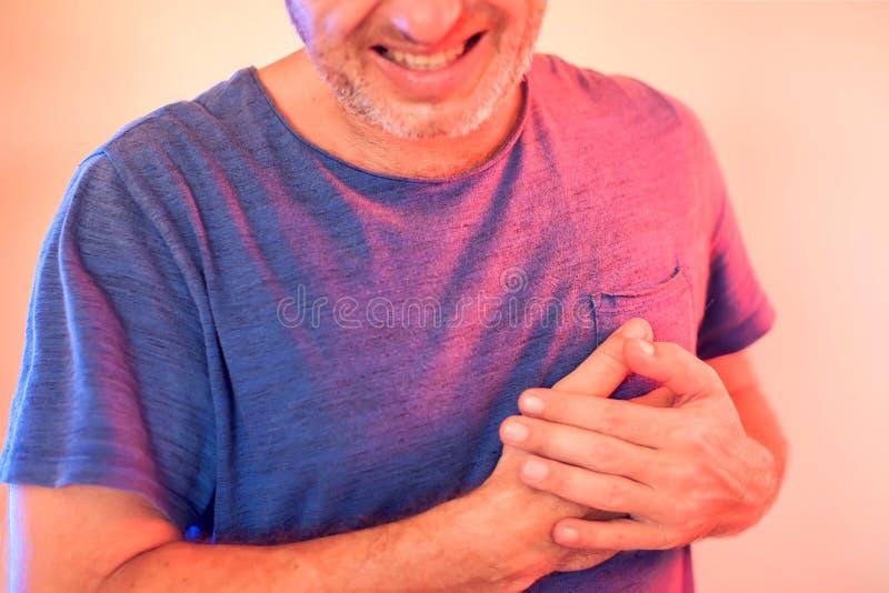 Το άτομο έχει μια επίθεση καρδιών Άνθρωποι, υγειονομική περίθαλψη και έννοια ιατρικής στοκ φωτογραφία με δικαίωμα ελεύθερης χρήσης