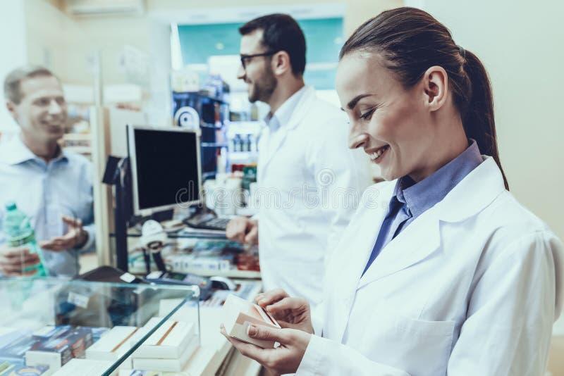 Το άτομο αγοράζει ένα μεταλλικό νερό στο φαρμακείο στοκ εικόνες