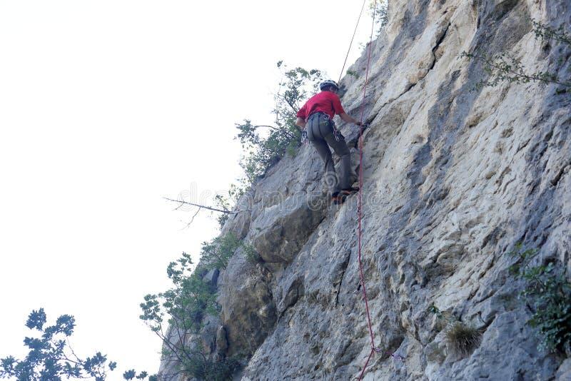 Το άτομο αναρριχείται σε έναν τοίχο βράχου στοκ εικόνες με δικαίωμα ελεύθερης χρήσης