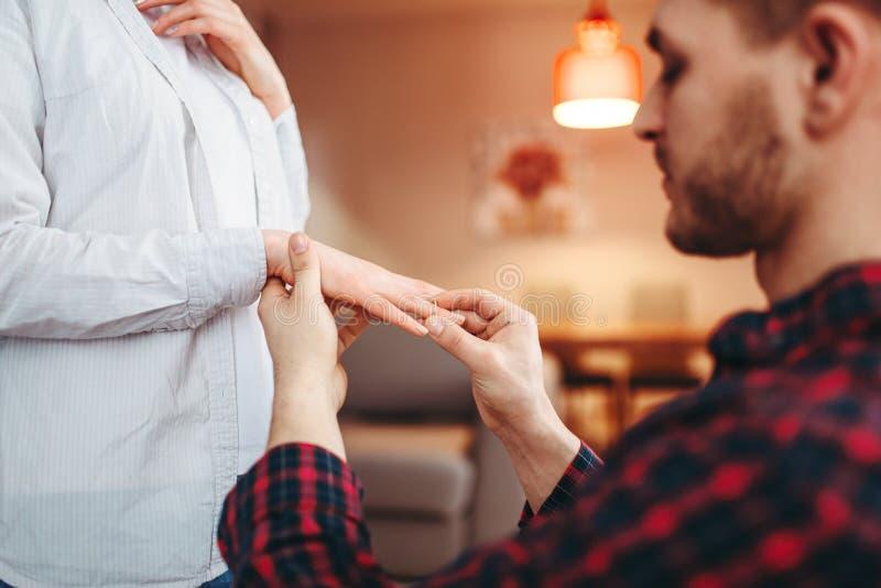 Το άτομο βάζει το γαμήλιο δαχτυλίδι στο δάχτυλο αγαπημένου στοκ εικόνες με δικαίωμα ελεύθερης χρήσης