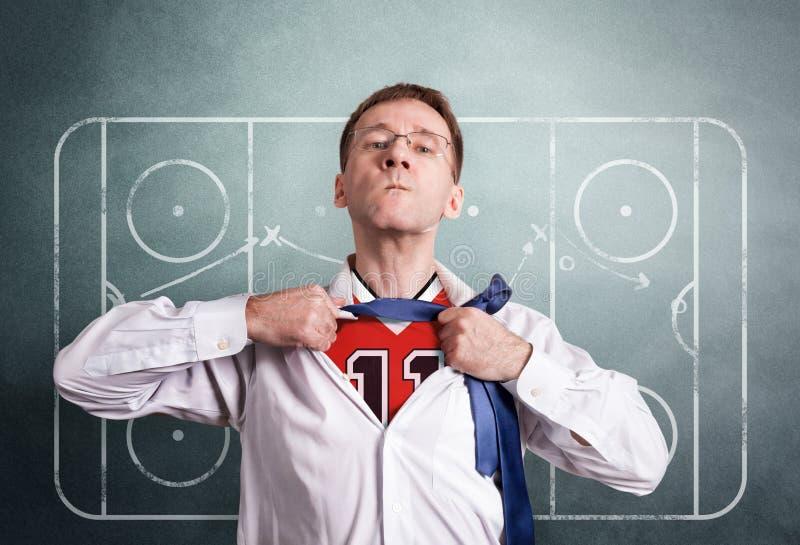 Το άτομο γραφείων ανοίγει ένα άσπρο πουκάμισο και παρουσιάζει αθλητική μορφή χόκεϋ Στο σχέδιο προγύμνασης σχεδίων υποβάθρου του π στοκ φωτογραφίες