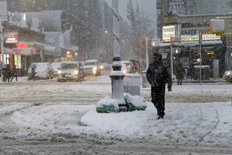 Το άτομο διασχίζει την οδό στη θύελλα χιονιού στο Bronx Νέα Υόρκη στοκ φωτογραφία με δικαίωμα ελεύθερης χρήσης