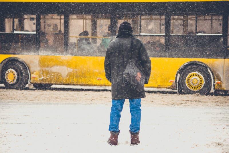 Το άτομο διασχίζει τη χειμερινή οδό στοκ φωτογραφία