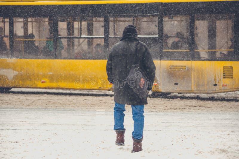 Το άτομο διασχίζει τη χειμερινή οδό στοκ εικόνες