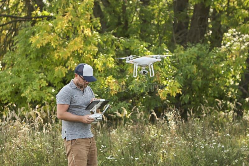 Το άτομο διαχειρίζεται τα quadrocopters Τηλεχειρισμός για τον κηφήνα στα χέρια των ατόμων εναέριο τηλεκατευθυνό&mu στοκ φωτογραφία με δικαίωμα ελεύθερης χρήσης