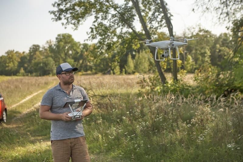Το άτομο διαχειρίζεται τα quadrocopters Τηλεχειρισμός για τον κηφήνα στα χέρια των ατόμων εναέριο τηλεκατευθυνό&mu στοκ φωτογραφία