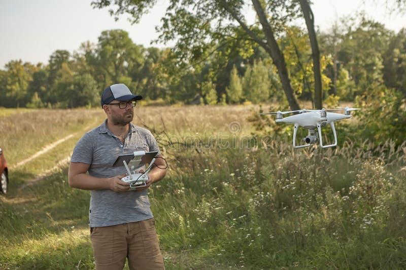 Το άτομο διαχειρίζεται τα quadrocopters Τηλεχειρισμός για τον κηφήνα στα χέρια των ατόμων εναέριο τηλεκατευθυνό&mu στοκ φωτογραφίες με δικαίωμα ελεύθερης χρήσης