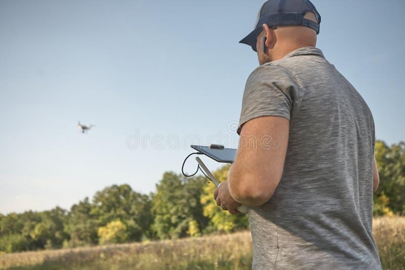 Το άτομο διαχειρίζεται τα quadrocopters Τηλεχειρισμός για τον κηφήνα στα χέρια των ατόμων εναέριο τηλεκατευθυνό&mu στοκ εικόνα με δικαίωμα ελεύθερης χρήσης