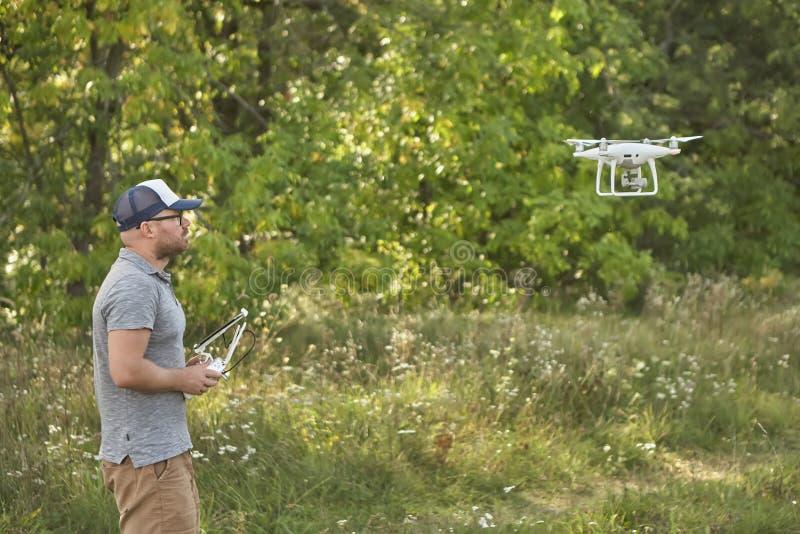 Το άτομο διαχειρίζεται τα quadrocopters Τηλεχειρισμός για τον κηφήνα στα χέρια των ατόμων εναέριο τηλεκατευθυνό&mu στοκ φωτογραφίες
