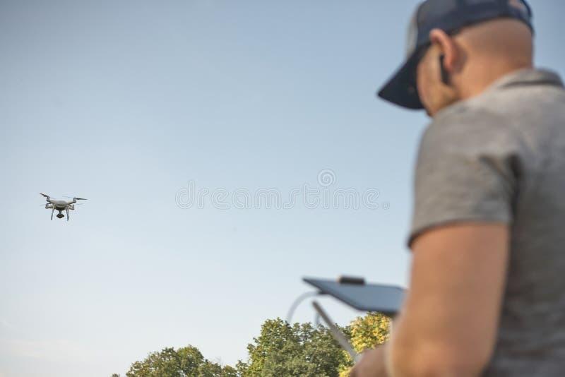 Το άτομο διαχειρίζεται τα quadrocopters Τηλεχειρισμός για τον κηφήνα στα χέρια των ατόμων εναέριο τηλεκατευθυνό&mu στοκ εικόνες