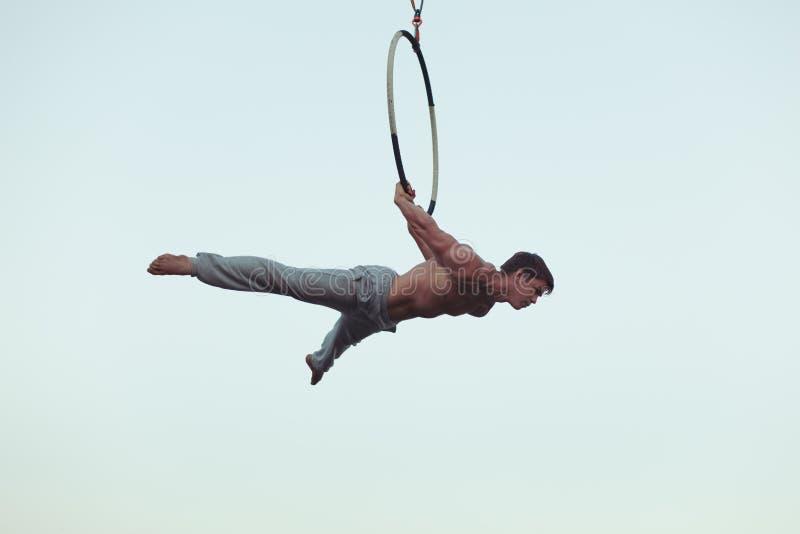 Το άτομο είναι ένας ακροβάτης υψηλός στον ουρανό στοκ φωτογραφία με δικαίωμα ελεύθερης χρήσης