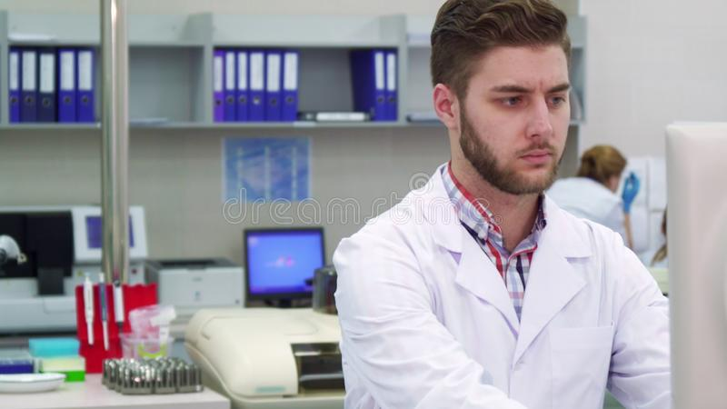 Το άτομο εξετάζει το όργανο ελέγχου στο εργαστήριο στοκ φωτογραφίες