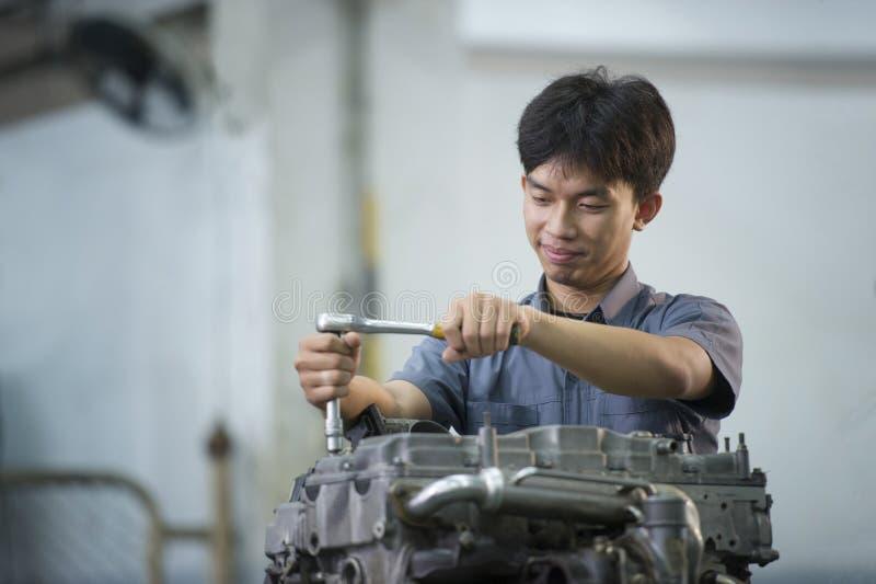 Το άτομο επισκευάζει το αυτοκίνητο στοκ φωτογραφία με δικαίωμα ελεύθερης χρήσης