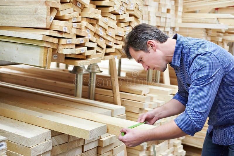Download Το άτομο επιλέγει τους πίνακες για την κατασκευή στο κατάστημα Στοκ Εικόνες - εικόνα από κοίταγμα, κοντραπλακέ: 62713854