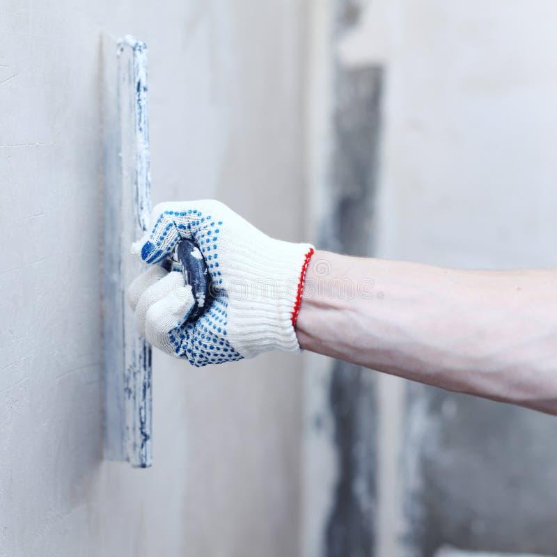Το άτομο ευθυγραμμίζει τους τοίχους στοκ φωτογραφία με δικαίωμα ελεύθερης χρήσης