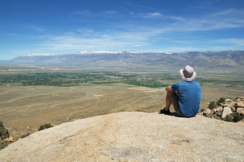 Το άτομο κάθεται στο βράχο αγνοεί στοκ εικόνες