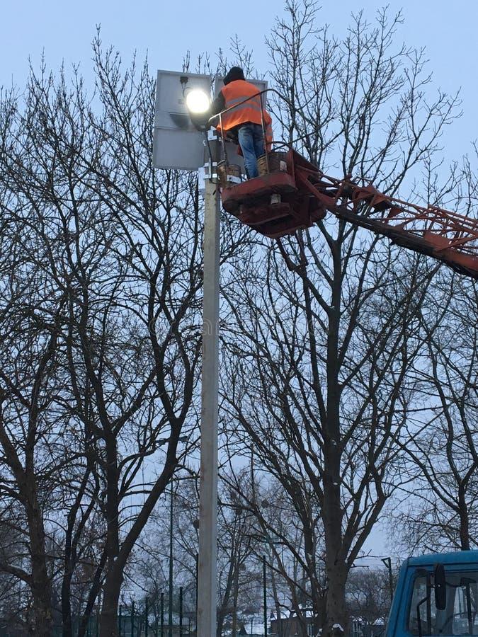 Το άτομο κάνει την εγκατάσταση των ηλιακών πλαισίων στοκ φωτογραφία