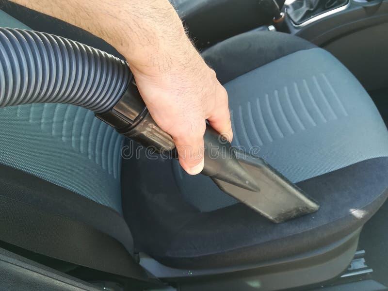 Το άτομο καθαρίζει το εσωτερικό αυτοκινήτων στοκ φωτογραφία με δικαίωμα ελεύθερης χρήσης