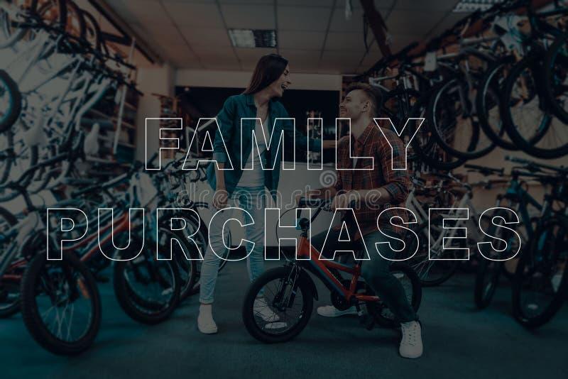 Το άτομο και ένα κορίτσι επιλέγουν ένα ποδήλατο των παιδιών στοκ φωτογραφία