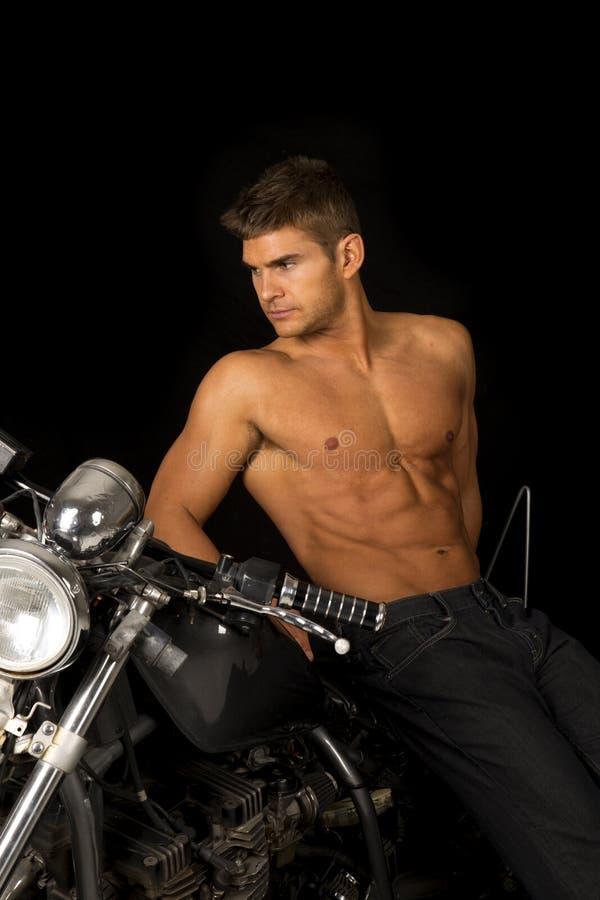 Το άτομο κανένα μαύρο άπαχο κρέας μοτοσικλετών πουκάμισων φαίνεται πλευρά στοκ φωτογραφία με δικαίωμα ελεύθερης χρήσης