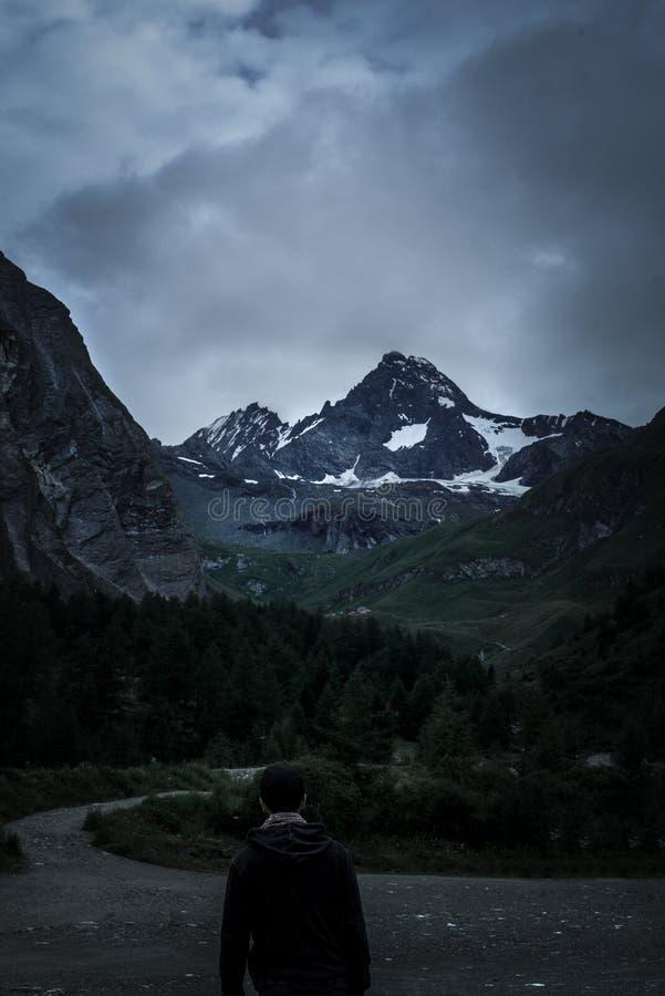 Το άτομο κοιτάζει σε μια μεγάλη άποψη ενός βουνού Grossglockner Lo στοκ εικόνες