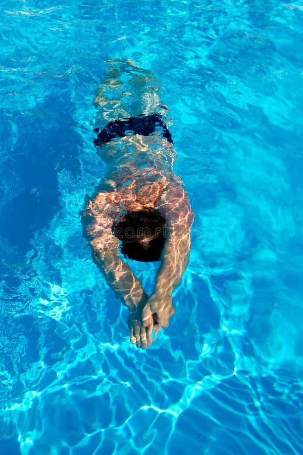 Το άτομο κολυμπά το πρόσθιο κάτω από το νερό στη λίμνη στοκ φωτογραφία με δικαίωμα ελεύθερης χρήσης