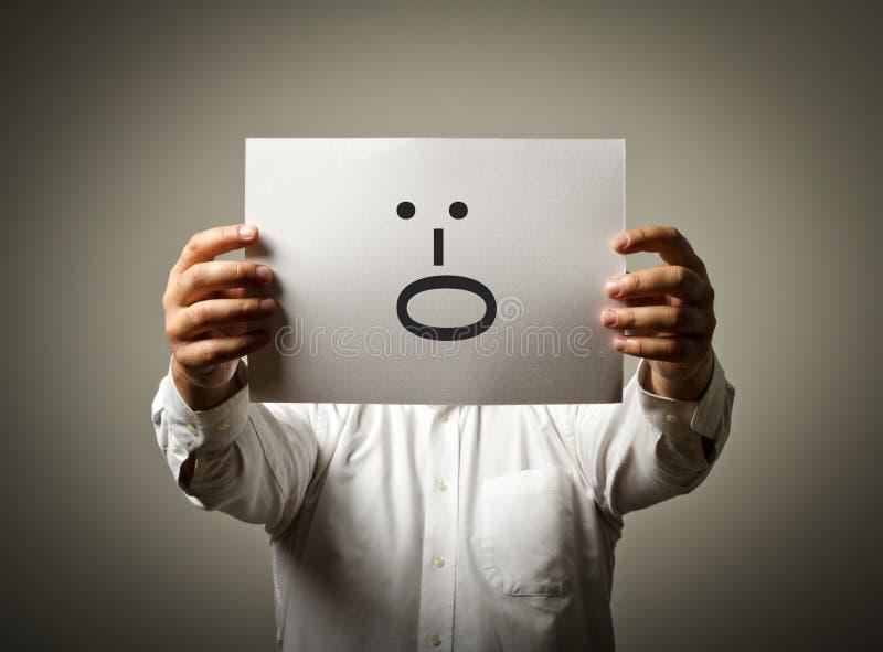 Το άτομο κρατά τη Λευκή Βίβλο με το χαμόγελο Φωνάξτε την έννοια στοκ φωτογραφίες με δικαίωμα ελεύθερης χρήσης