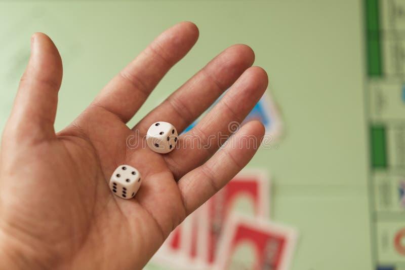 Το άτομο κρατά ότι χωρίστε σε τετράγωνα Το χέρι με χωρίζει σε τετράγωνα στοκ φωτογραφίες