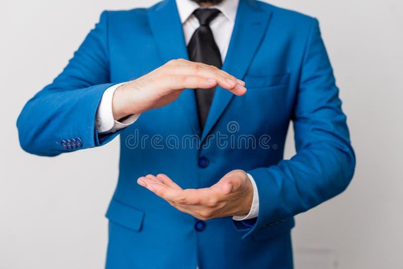 Το άτομο με ανοιγμένος παραδίδει fron του πίνακα Κινητές τηλέφωνο και σημειώσεις για τον πίνακα Επιχειρησιακή έννοια με το άτομο  στοκ φωτογραφία με δικαίωμα ελεύθερης χρήσης