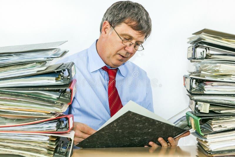 Το άτομο μελετά το φάκελλο με τα αρχεία στοκ εικόνες