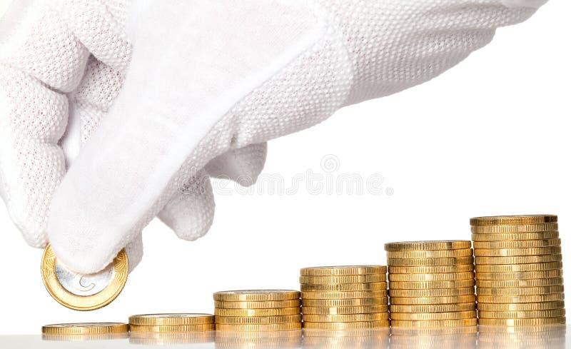 Άτομο με τα γάντια που μετρούν τα χρήματα στοκ φωτογραφία με δικαίωμα ελεύθερης χρήσης