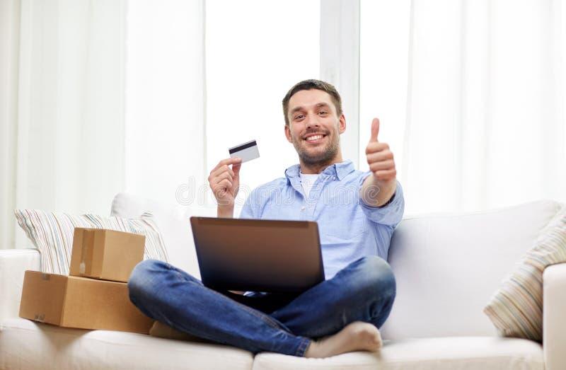 Το άτομο με την παρουσίαση lap-top και πιστωτικών καρτών φυλλομετρεί επάνω στοκ φωτογραφίες με δικαίωμα ελεύθερης χρήσης