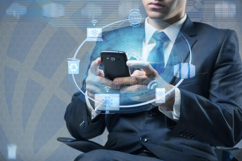 Το άτομο με το κινητό τηλέφωνο στην έννοια υπολογισμού σύννεφων στοκ φωτογραφίες