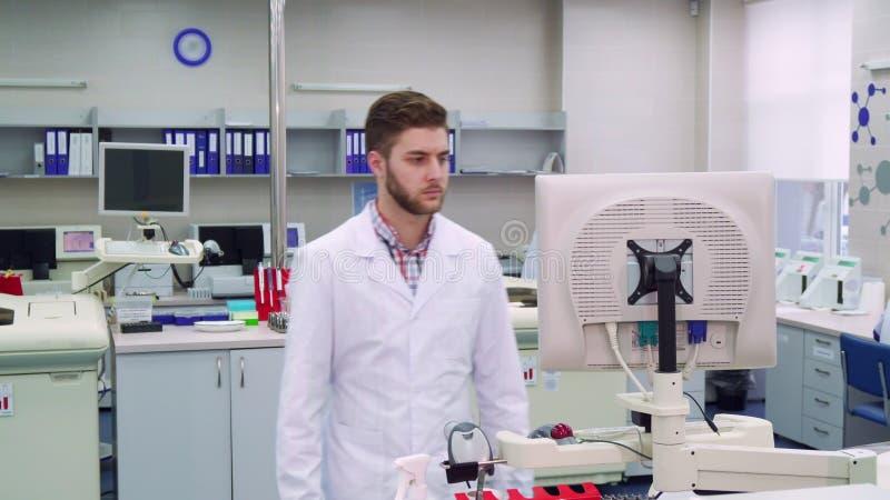 Το άτομο μπαίνει σε το εργαστήριο στοκ εικόνες με δικαίωμα ελεύθερης χρήσης