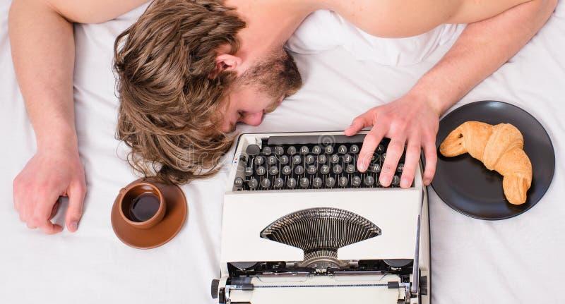 Το άτομο νυσταλέο βάζει τα κλινοσκεπάσματα ενώ εργασία Ο συγγραφέας χρησιμοποίησε την ντεμοντέ γραφομηχανή Πτώση Workaholic κοιμι στοκ εικόνα