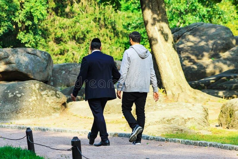 το άτομο 2, οι Εβραίοι Hasidim περπατά στο πάρκο σε Uman, ο χρόνος του εβραϊκού νέου έτους, Rosh Hashanah στοκ φωτογραφία