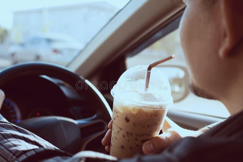 Το άτομο πίνει επικίνδυνα το φλυτζάνι του κρύου καφέ στοκ φωτογραφίες με δικαίωμα ελεύθερης χρήσης