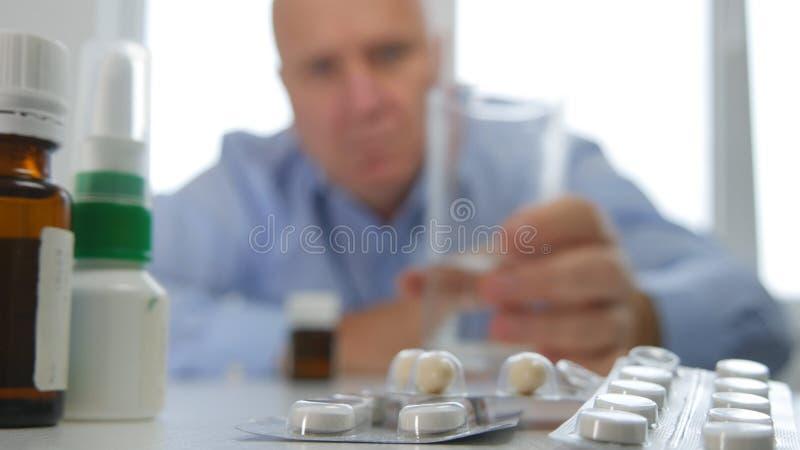 Το άτομο παίρνει ένα γυαλί με το νερό και ψάχνει τα ιατρικά χάπια στοκ φωτογραφία με δικαίωμα ελεύθερης χρήσης