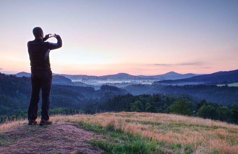Το άτομο παίρνει τη φωτογραφία τοπίων με έξυπνο τηλέφωνο στοκ φωτογραφία