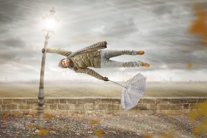 Το άτομο παίρνει φγμένο μακριά από μια δυνατή θύελλα στοκ φωτογραφία με δικαίωμα ελεύθερης χρήσης