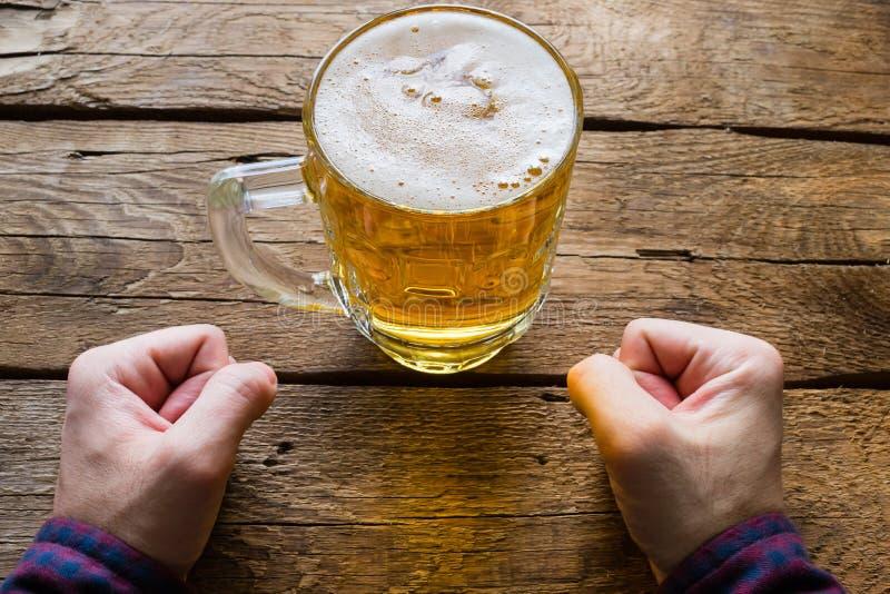 Το άτομο παίρνει willpower και να μην πιει την μπύρα στοκ φωτογραφίες