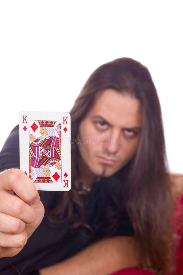 Το άτομο παρουσιάζει το βασιλιά των φτυαριών στοκ φωτογραφία