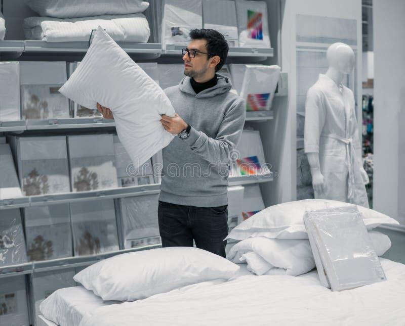 Το άτομο πελατών επιλέγει τα κλινοσκεπάσματα στο κατάστημα λεωφόρων υπεραγορών στοκ φωτογραφίες