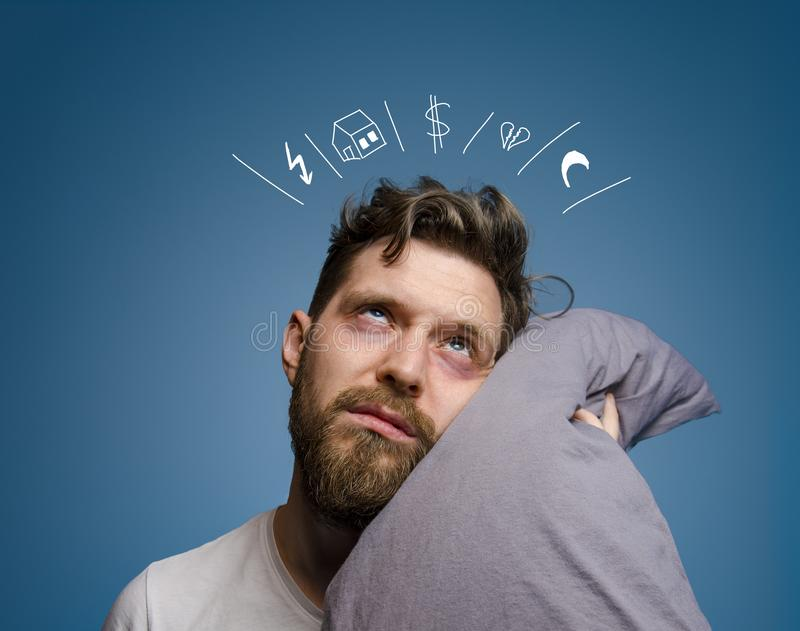 Το άτομο που έχει τα προβλήματα και λοξοτομεί τον ύπνο στοκ φωτογραφία με δικαίωμα ελεύθερης χρήσης