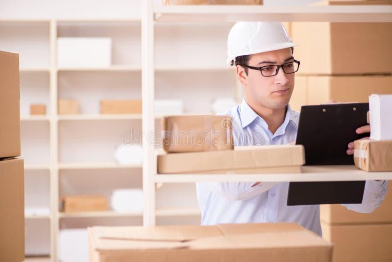 Το άτομο που εργάζεται στο ταχυδρομικό γραφείο υπηρεσιών παράδοσης δεμάτων στοκ εικόνες με δικαίωμα ελεύθερης χρήσης