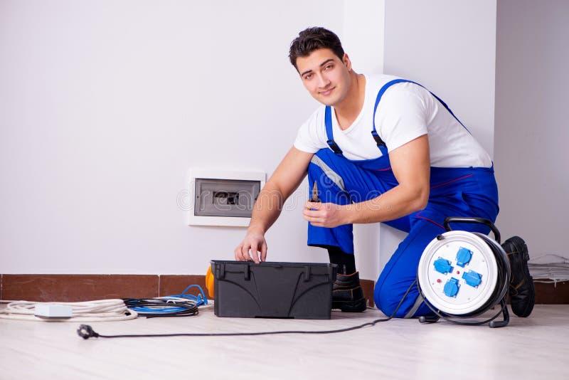 Το άτομο που κάνει τις ηλεκτρικές επισκευές στο σπίτι στοκ φωτογραφία με δικαίωμα ελεύθερης χρήσης