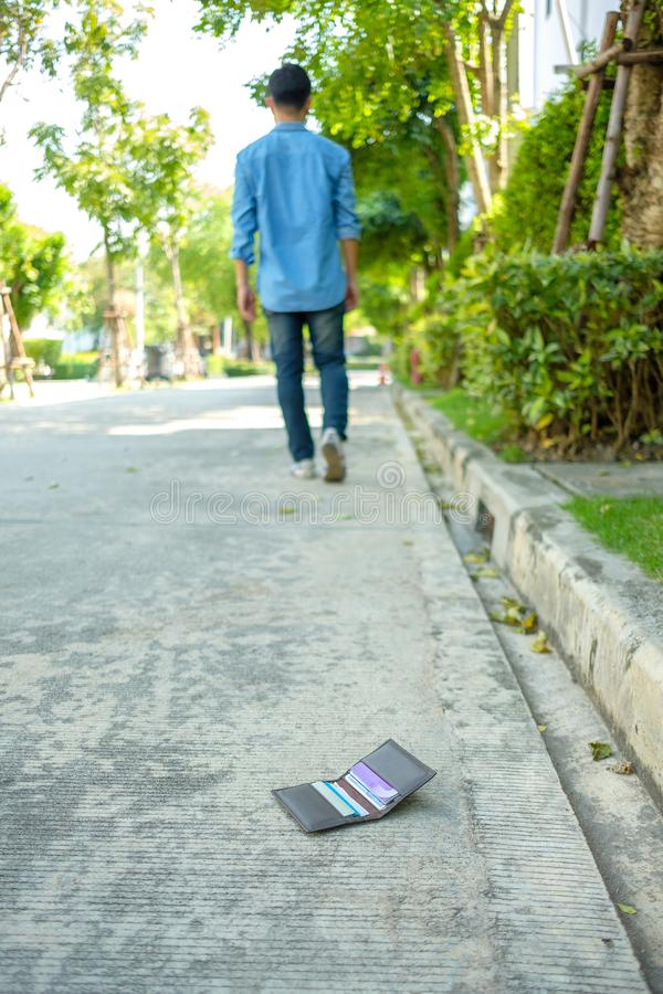 Το άτομο που κατασκευάζει ένα πορτοφόλι να πέσει στοκ εικόνες με δικαίωμα ελεύθερης χρήσης