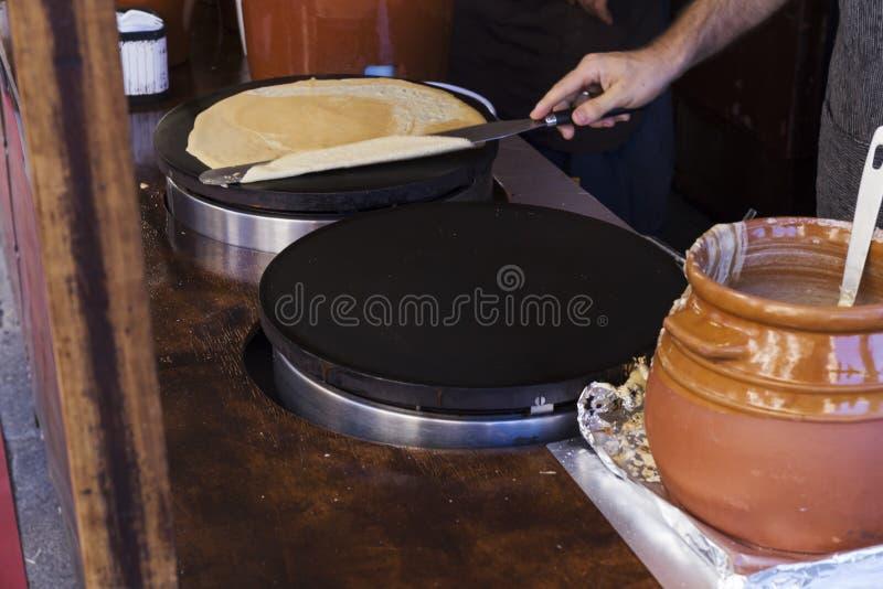 Το άτομο που προετοιμάζει κάποιο νόστιμο crepes στοκ εικόνα