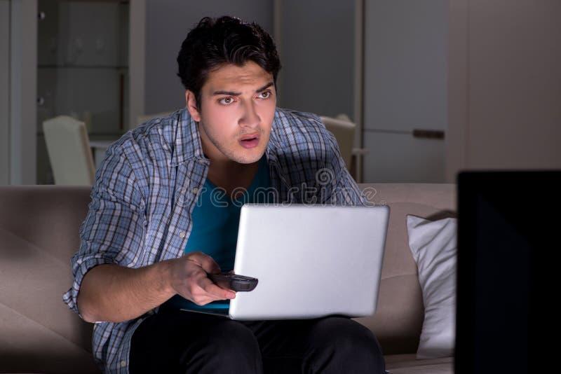 Το άτομο που προσέχει τη TV αργά τη νύχτα στοκ εικόνα